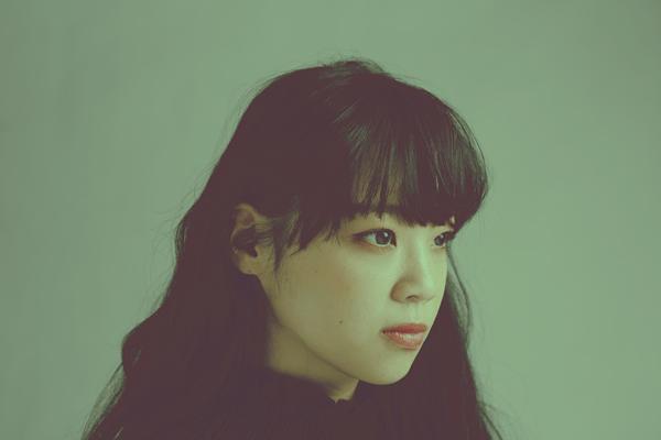 18歳のシンガーソングライター山﨑彩音が「キキ」を歌う