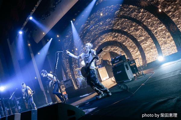 ザ・クロマニヨンズ「BIMBOROLL 2016-2017」ツアーのファイナル公演をリポート